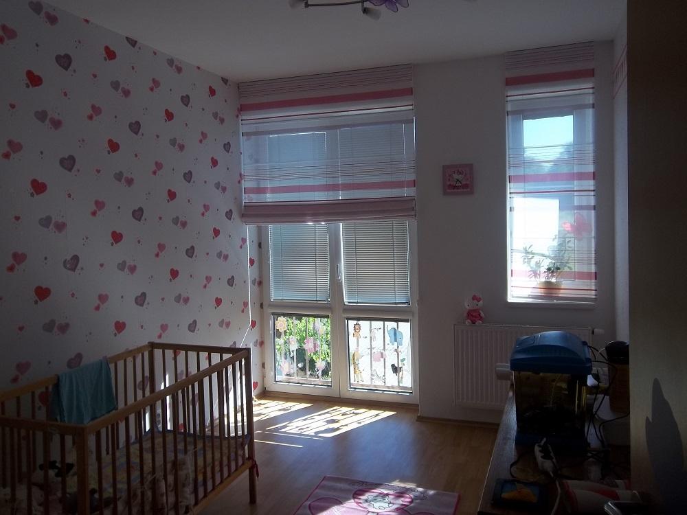 Ein kinderzimmer mit der tapete caselio girls only for Fenster direkt