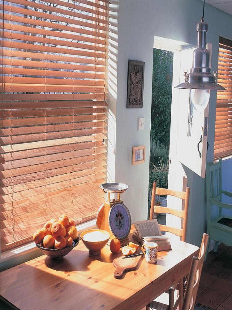 jalousien aus holz f r nat rliche w rme und sch nheit des. Black Bedroom Furniture Sets. Home Design Ideas