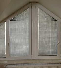 Atypické okno a dokonalé plisse žaluzie