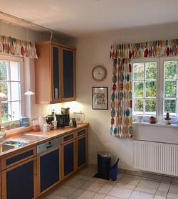 Potřebuje váš domov oživit a rozjasnit? Dopřejte mu barevné zastínění oken!