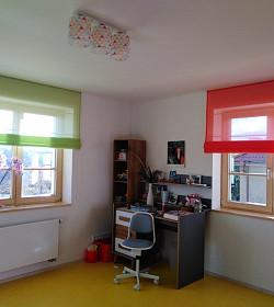 Jeden dívčí pokoj, dvě okna, dvě barvy římských rolet