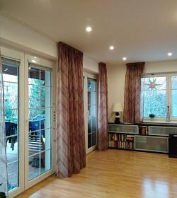 Poloprůhledné barevné záclony pro oživení interieru